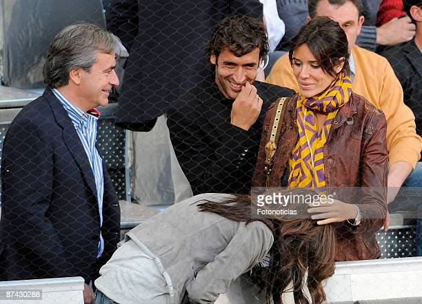 Carlos Sainz Real Madrid player Raul Gonzalez and his wife Mamen Sanz attend Madrid Open tennis tournament at La Caja Magica on May 15 2009 in Madrid...