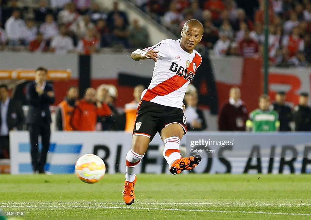 Carlos Sanchez of River Plate shoots to score the opening goal during a match between River Plate and Chapecoense as part of Quarter Finals of Copa Sudamericana 2015 at Monumental Antonio Vespucio Liberti Stadium on October 21, 2015 in Buenos Aires, Argentina.
