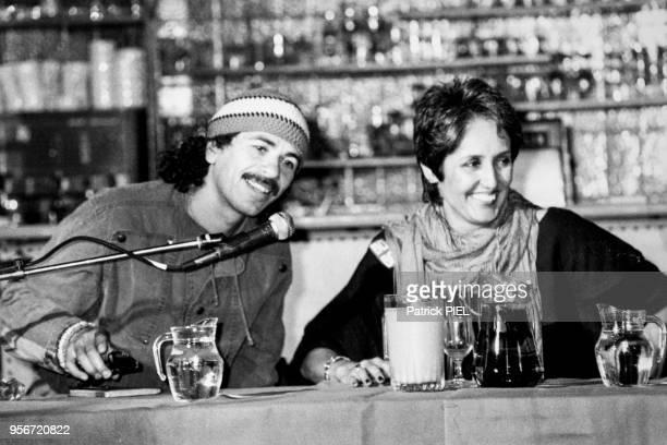 Carlos Santana et Joan Baez lors d'une conférence de presse à hambourg le 5 juin 1984 Allemagne