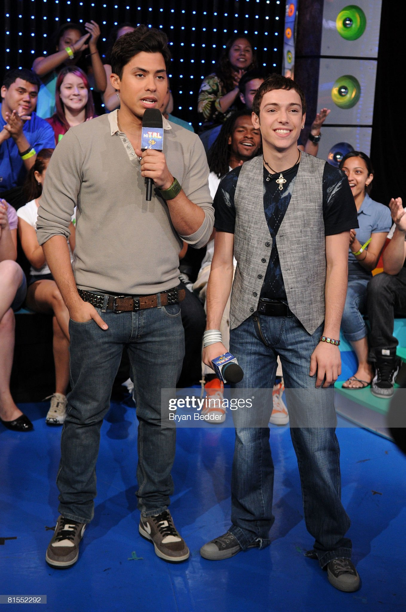 ¿Cuánto mide A.B Abraham Quintanilla III? - Altura - Real height Carlos-santos-and-singer-pee-wee-appear-onstage-during-mtvs-mi-trl-on-picture-id81552292?s=2048x2048