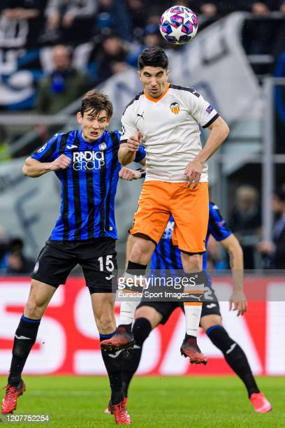Carlos Soler of Valencia CF in action against Marten de Roon of Atalanta during the UEFA Champions League round of 16 first leg match between...