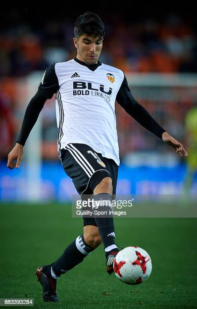 Carlos Soler of Valencia in action during the Copa Del Rey match between Valencia and Zaragoza at Mestalla Stadium on November 30 2017 in Valencia...