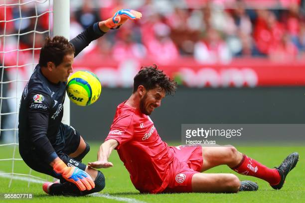 Carlos Sosa goalkeeper of Morelia struggles for the ball with Santiago Garcia of Toluca during the quarter finals second leg match between Toluca and...