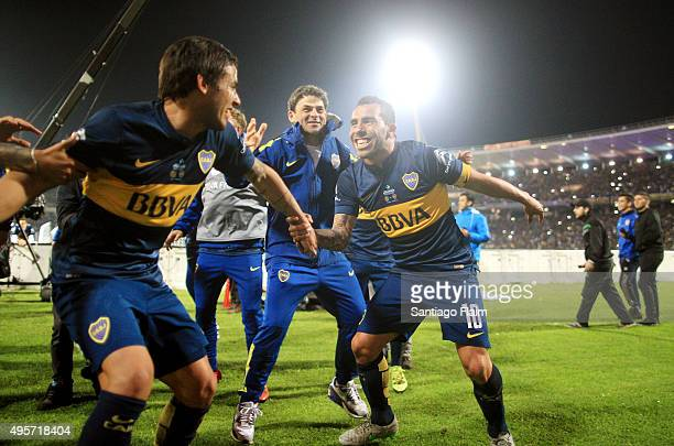 Carlos Tevez of Boca Juniors celebrates with his teammates after winning a final match between Boca Juniors and Rosario Central as part of Copa...
