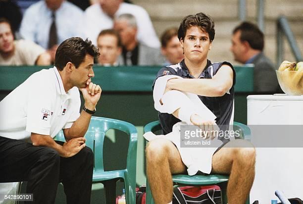 CarlUwe Steeb der Kapitän des Deutschen TennisBundes mit Tennisprofi Thomas Haas beim DavisCup 1999 Aufgenommen April 1999