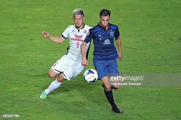 Carmelo Jose Gonzalez Jimenez of Buriram United challanges for the ball with Yamguchi Hotaru of Cerezo Osaka during the AFC Asian Champions League...