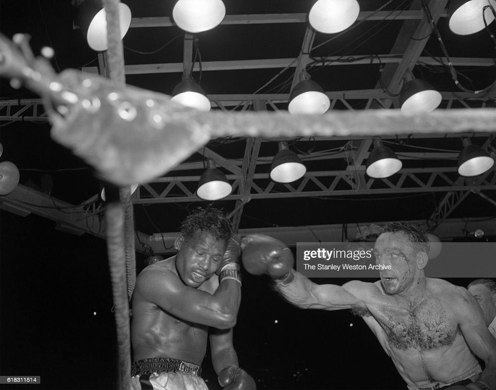 Carmen Basilio vs. Sugar Ray Robinson : News Photo