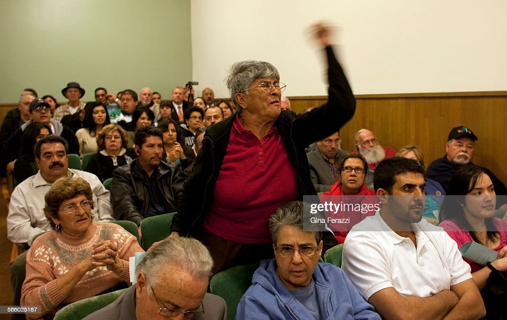 Carmen Bella,76, a Bell resident for 33 years, yells in anger at Bell city leaders after a schedule : Foto jornalística