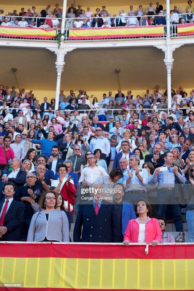 Carmen del Riego (L), King Juan Carlos (C) and Victoria Prego (R) attend the 'Press Association' bullfights at the Las Ventas Bullring on May 19, 2017 in Madrid, Spain.
