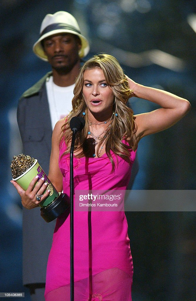 Carmen Electra, winner of Best Kiss for 'Starsky & Hutch', with presenter Snoop Dogg
