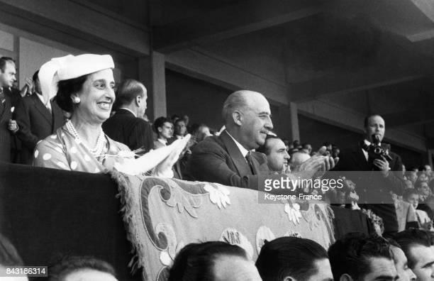 Carmen Franco et le Général Franco assistent à un match de football et applaudissent les vainqueurs depuis la tribune à Madrid Espagne