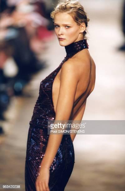 Carmen Kass défile pour Chloé pendant les présentations de PrêtàPorter AutomneHiver 19992000 en mars 1999 à Paris France