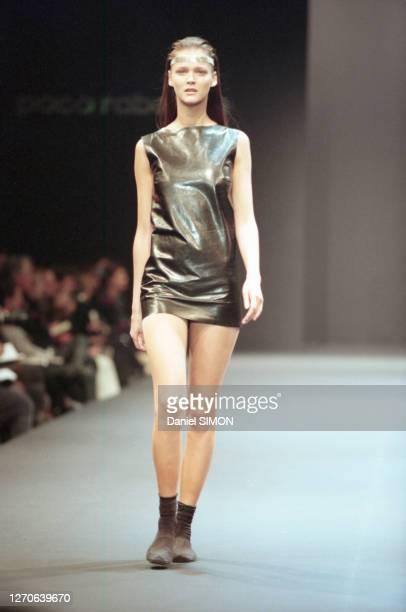 Carmen Kass lors du défilé Paco Rabanne PrêtàPorter collection Automne/Hiver 199899 à Paris le 10 mars 1998 France