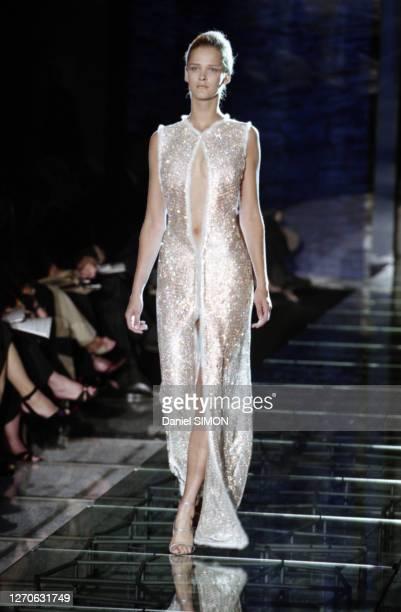 Carmen Kass lors du défilé Versace, Haute Couture, collection Automne/Hiver 1998/99 à Paris en juillet 1998, France