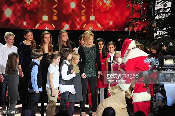 Carmen Nebel Kinderchor 'Lucky Kids' Weihnachtsmann ZDFWeihnachtsshow 'Heilig Abend mit Carmen Nebel' Mnchen Bayern Deutschland Europa 'Bavaria...