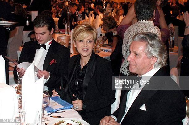 Carmen Nebel Lebensgefährte Klaas Bauer Sohn Gregor Nebel Gäste CharityVeranstaltung 13 UnescoBenefizGala für Kinder in Not vor Hotel Swissotel Neuss...