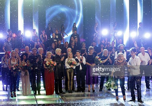 "Carmen Nebel mit einem Mitglied vom Magier-Duo ""Ehrlich Brothers"" , dahinter v.li.: Linda Hesse, Katy Melua, Johnny Logan, Peggy March, Heino, Helene..."