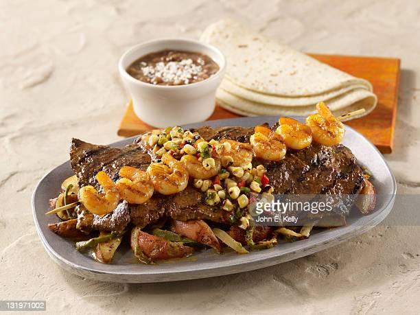 carne asada fajitas with skewered shrimp - carne assada imagens e fotografias de stock