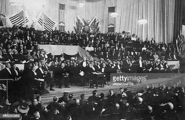 Carnegie Andrew Industrialist USA*25111835 Peace Congress of the Americans in theCarnegie Hall in New Yorkat the podium with a white beard...