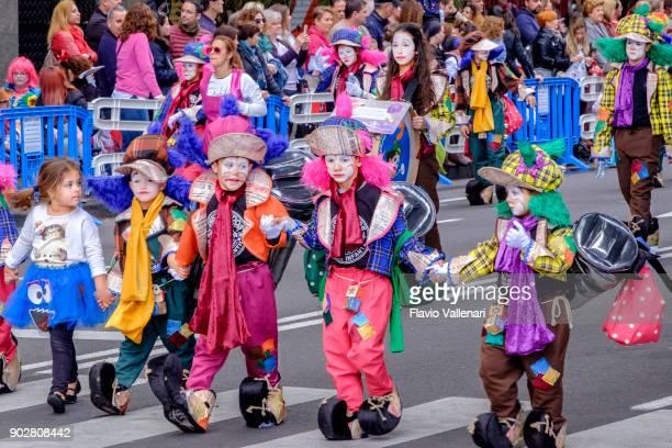 carnaval à santa cruz de tenerife, îles canaries - espagne - carnaval photos et images de collection
