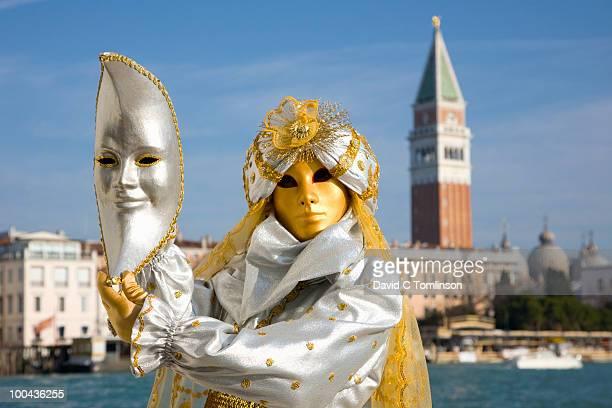 carnival character in costume, venice, italy - carnaval de venise photos et images de collection
