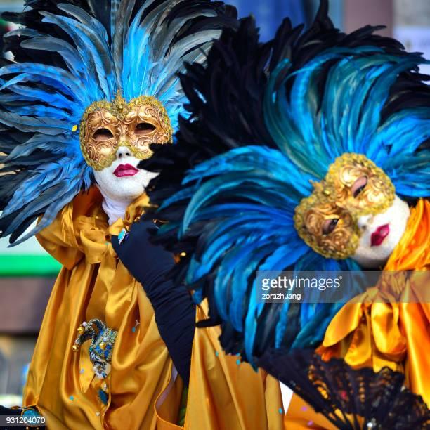 Karnevalsmaske und traditionelle Kleidung