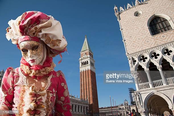 carnival mask in venice posing in san marco square - carnaval de venise photos et images de collection