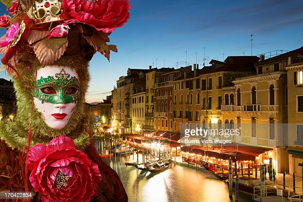 carnival mask in venice posing in san marco square - maschere veneziane foto e immagini stock