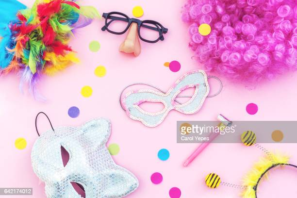 carnival party  items in pink background.flat lay - karneval stock-fotos und bilder