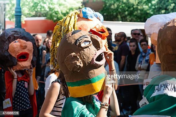 Carnaval pessoas com máscaras de papel selfmade