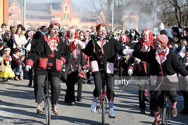 Karneval-Szene mit weiblichen clowns auf unicycles
