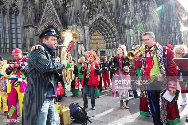 celebração de carnaval weiberfastnacht banda tocando pessoas dançando - colônia renânia - fotografias e filmes do acervo