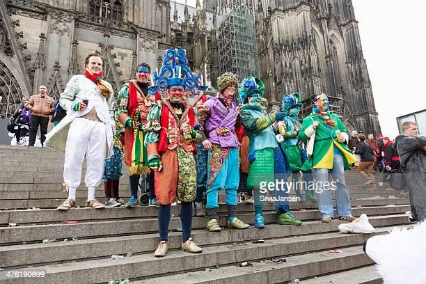 カーニバル weiberfastnacht お祝いの男性グループのケルン大聖堂 - ケルン市 ストックフォトと画像