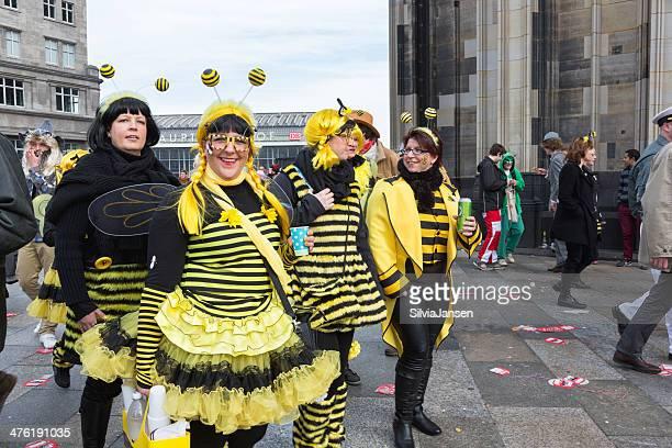 carnival Weiberfastnacht Feier Gruppe von Frauen Bienenkostüm