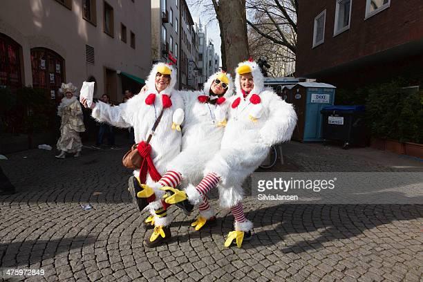 carnival Weiberfastnacht Feier Frauen in Kostümen tanzen Huhn