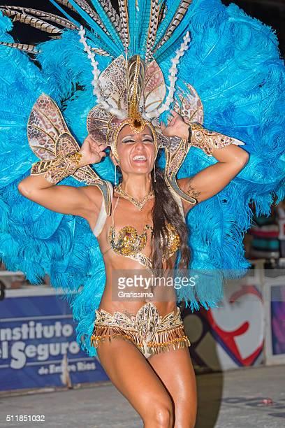 女性をダンスのサンバカーニバルアルゼンチングアレグアイチュ