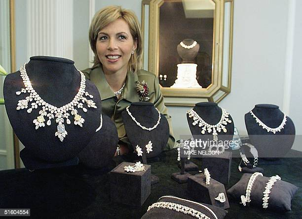 Carol BodieGelles of the jewelry House of Harry Winston shows 19 March 1999 in Beverly Hills a diamondencrusted necklace worn by actress Whoopi...
