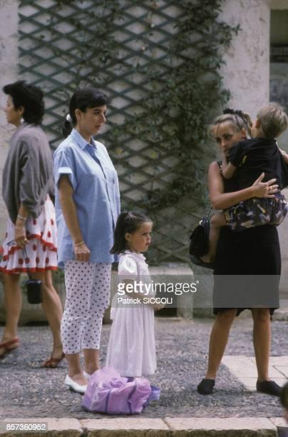 Carole Amiel, a gauche, l'amie d'Yves Montand le 24 aout 1988 a Saint-Paul-de-Vence, France.