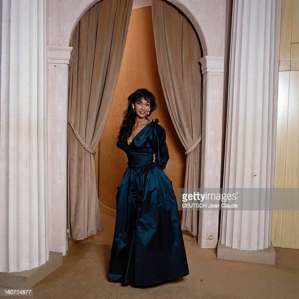 Carole Varenne In Nina Ricci Taffeta Satin Dress En France à Paris en décembre 1986 Carole VARENNE speakerine portant une robe de taffetas de satin...