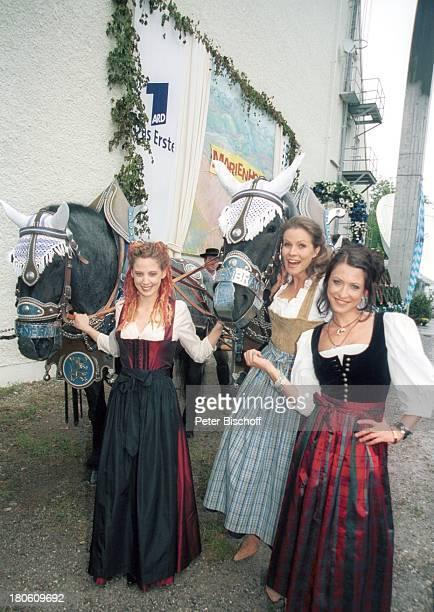 Carolin Graller Leonore Capell Berrit Arnold Feier zur 2000 Folge der ARDSerie Marienhof München BavariaFilmgelände Jubiläumsfolge Jubiläum Tracht...