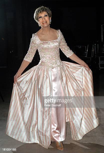 Carolin Reiber 25 Jahre im ZDF Superhitparade der Volksmusik auf Tournee Bremen Moderatorin rose Abendkleid mit Pailletten und Chiffonblättern Kleid...