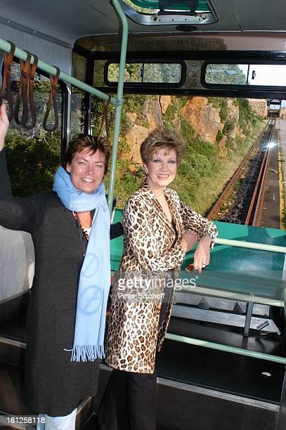 Carolin Reiber Maskenbildnerin Susanne Beck Fahrt mit der Zahnradbahn zum Cape Point bei Kapstadt Südafrika Afrika