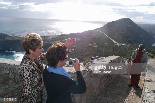 Carolin Reiber Maskenbildnerin Susanne Beck Mönch Blick aufs Meer am Cape Point auf das Kap der guten Hoffnung bei Kapstadt Südafrika Afrika