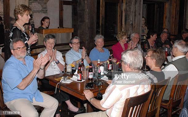 """Carolin Reiber mit Teilnehmern der Zuschauerreise, Restaurant """"Gristmill"""", nach Deutsch-Texanischem Musikfest, Gruene bei New Braunfels , Texas,..."""