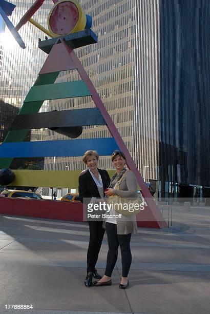 Carolin Reiber Susanne Beck vor Denkmal von Joan Mir— und JPMorgan Chase Tower Zuschauerreise Houston Texas Nordamerika USA Amerika Hochhaus...