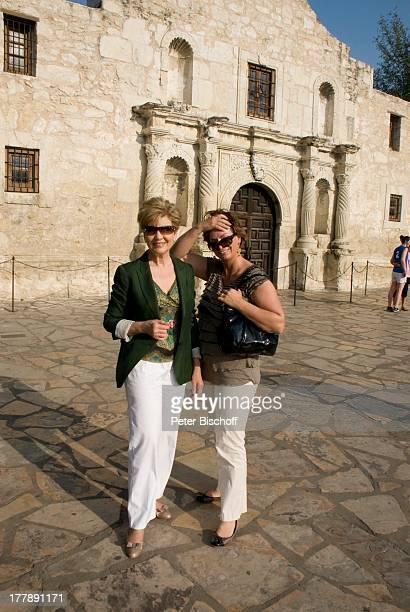 Carolin Reiber Susanne Beck vor Fort Alamo Zuschauerreise San Antonio Texas Nordamerika USA Amerika Sonnenbrille Moderatorin