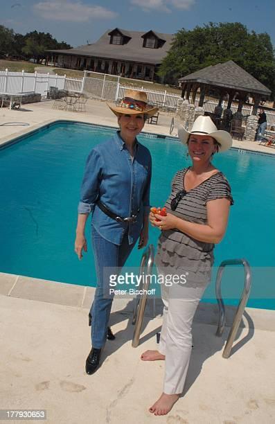Carolin Reiber Susanne Beck Zuschauerreise Ausflug zur Silver Spur Gäste Ranch Bandera Texas Nordamerika USA Amerika Pool Swimmingpool Hut Moderatorin