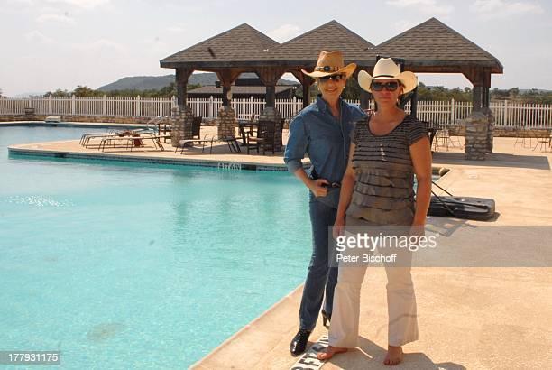 Carolin Reiber Susanne Beck Zuschauerreise Ausflug zur Silver Spur Gäste Ranch Bandera Texas Nordamerika USA Amerika Pool Swimmingpool Hut...