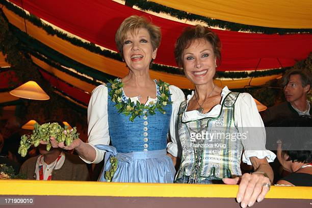 Carolin Reiber Und Dr Antje Katrin Kühnemann Im Hippodrom Beim Stammtisch Von 'Die Aktuelle' Auf Dem Oktoberfest In München Am 210908
