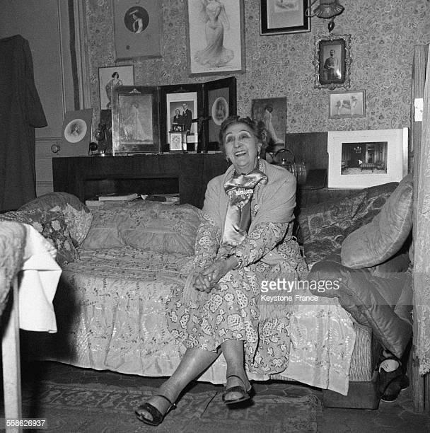 Carolina Otero surnommée la Belle Otero qui connut vingt années de gloire et de splendeur aux temps des années folles photographiée dans sa chambre...